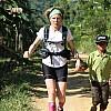 Marathon de Bois – Indonésie, Frédérique termine le marathon avec un jeune Rimba